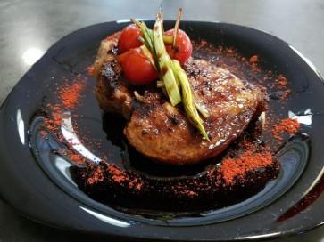 Стейк из свиного ошейка с томатами чери и пореем 300/60г