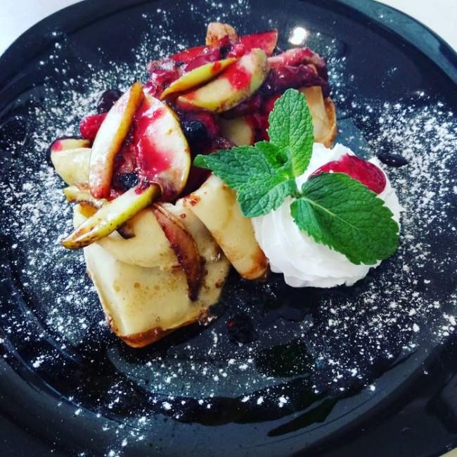 Тонкие блинчики с карамелизированными фруктами и взбитыми сливками 180г
