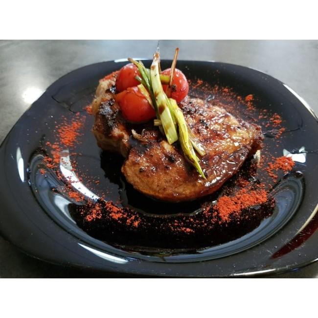 Стейк з свинячого ошийка з томатами чері і пореєм 300 / 60гр